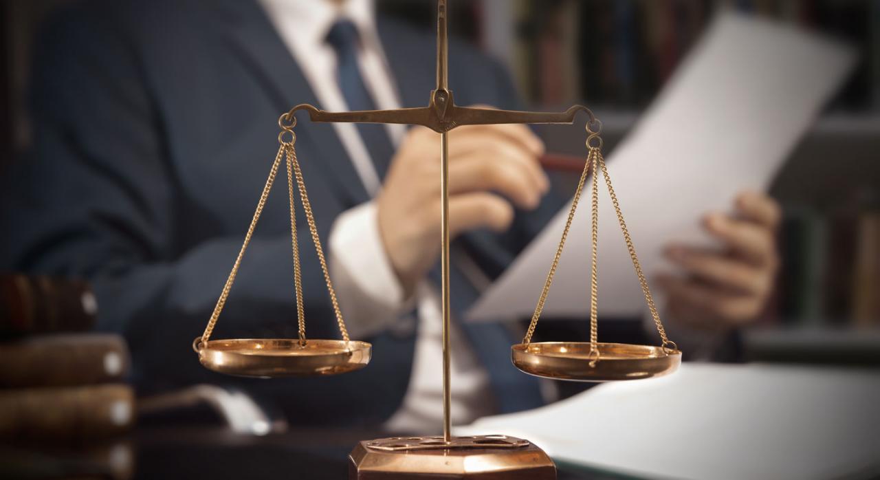 Balanza de justicia con un abogado de fondo trabajando