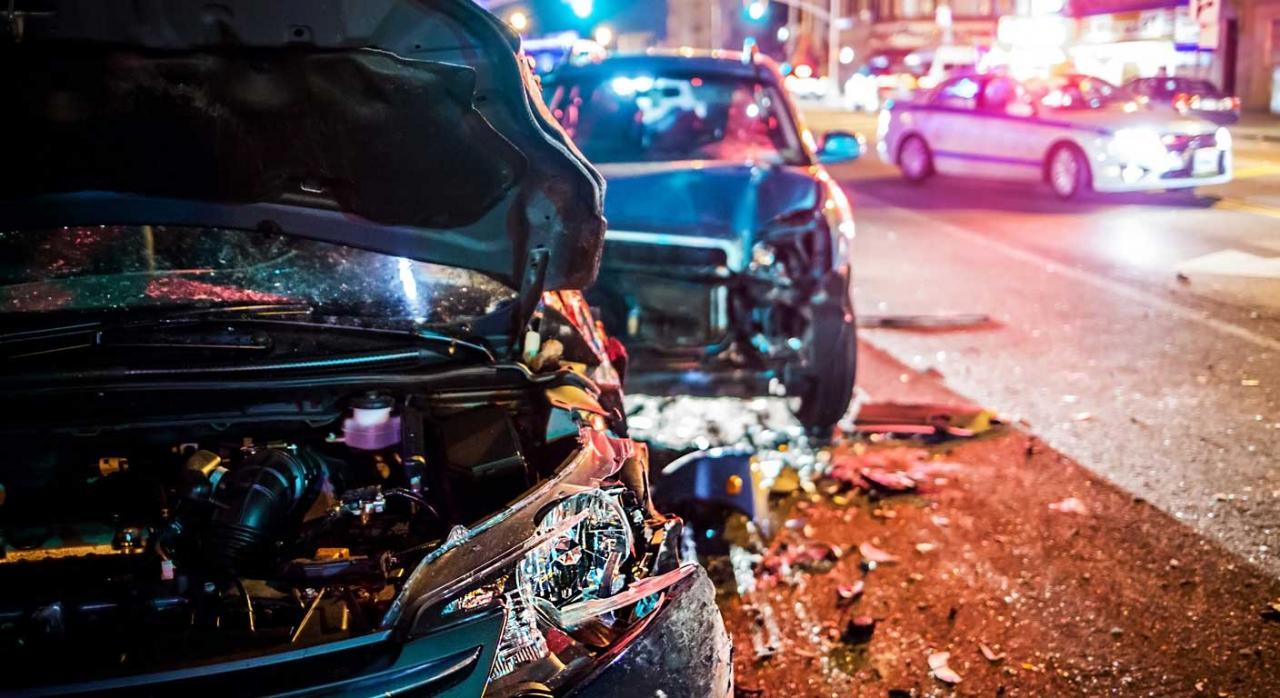 Accidente entre dos vehículos y coche policial al fondo