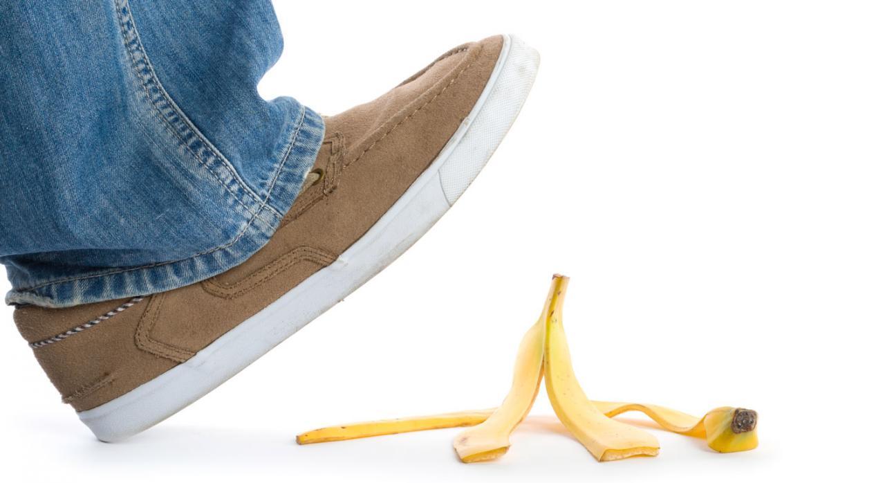 Caída accidental. Imagen de un pie y una cáscara de plátano