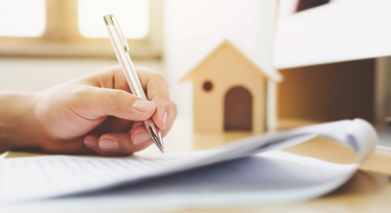 Firmando contrato de compraventa