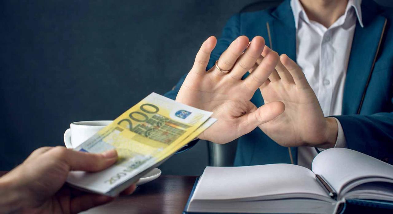 Ofreciendo dinero para una contratación