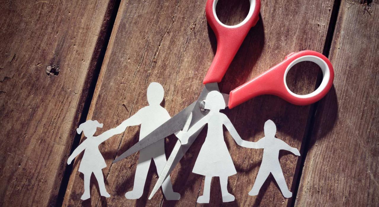 Familia papiroflexia cortada con tijeras. Custodia compartida