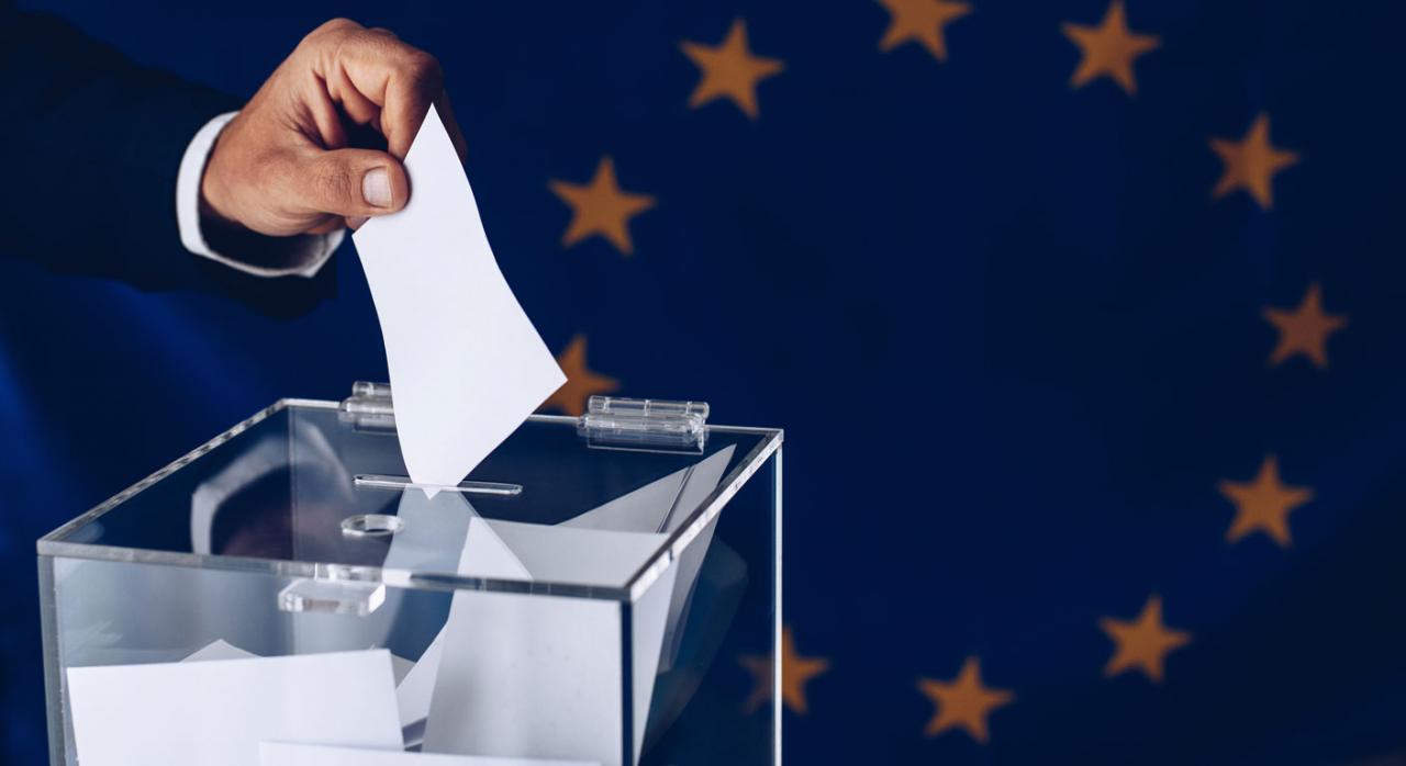 Persona echando voto en una urna. Escaños de Puigdemont