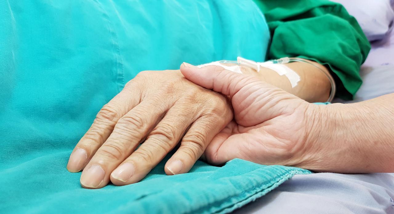 El Congreso aprueba la Ley Orgánica de regulación de la eutanasia. Imagen de unas manos entrelazadas