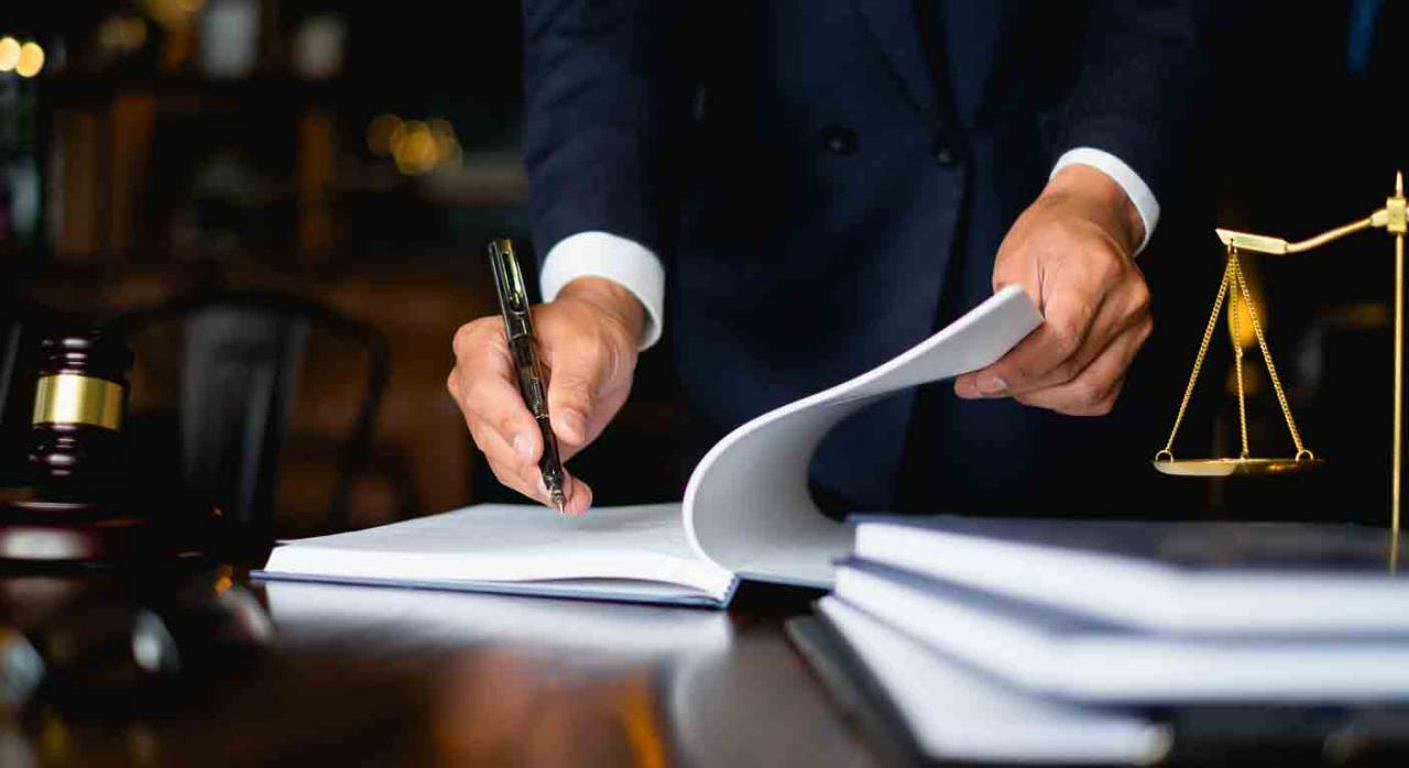 Sentencia discapacidad. Imagen de un hombre firmando unos documentos
