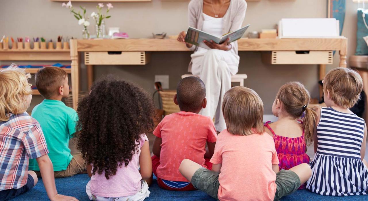 Profesora en clase con niños de infantil