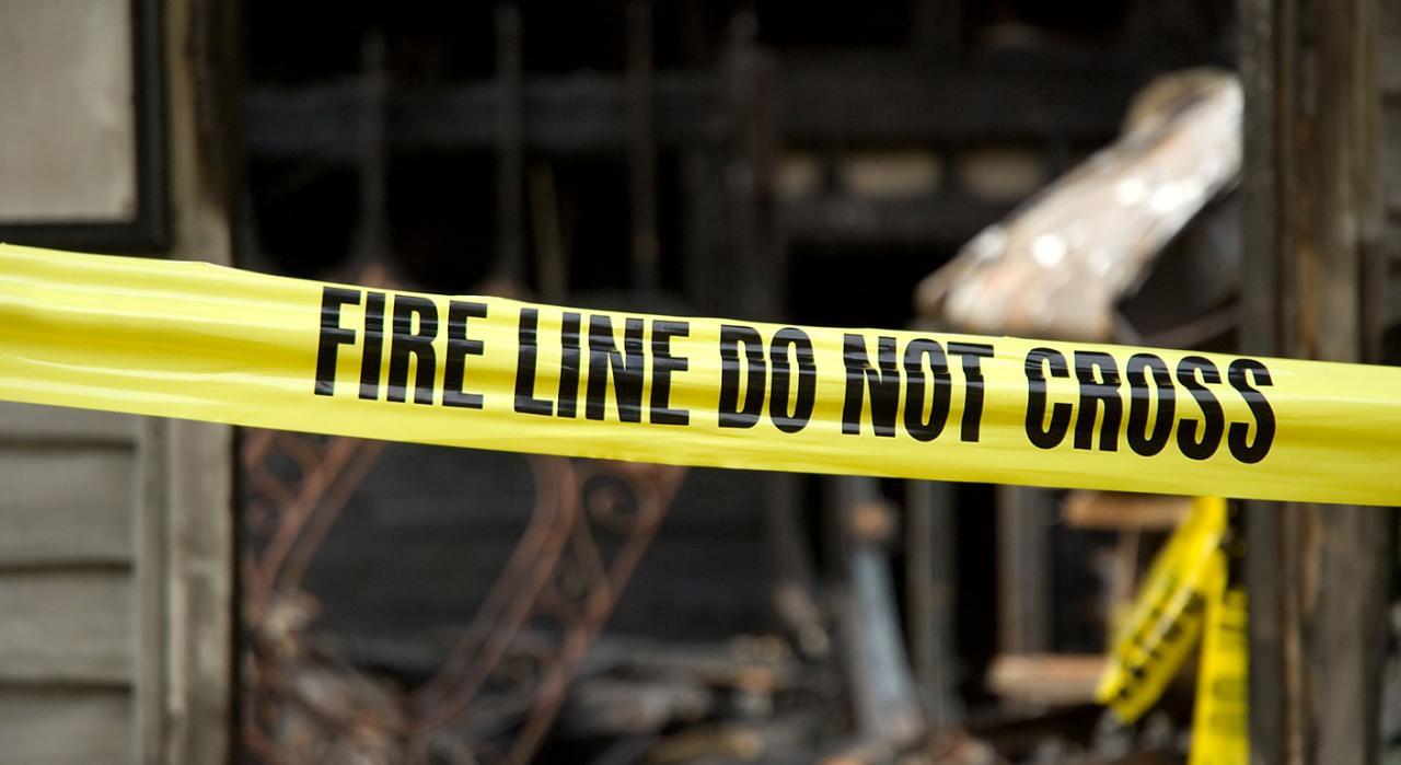 Responsabilidad civil por daños. Cordón policial prohibiendo el paso a una vivienda quemada de fondo