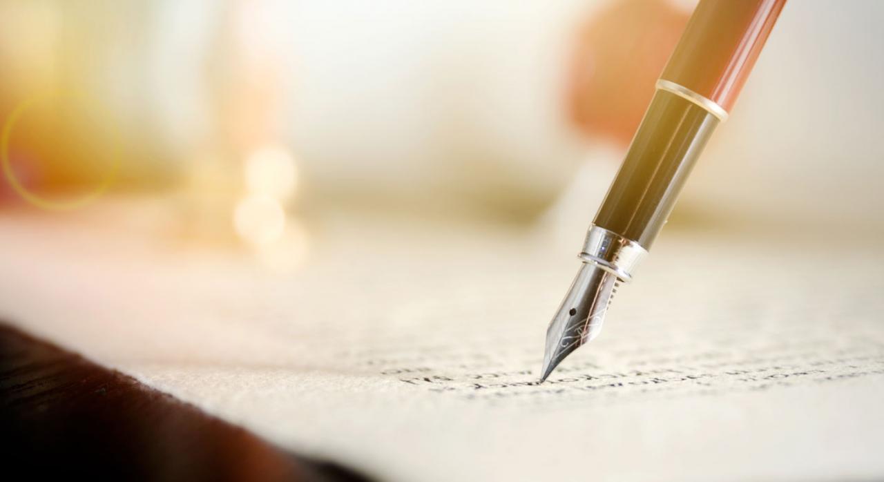 Seguros y contratos públicos. Pluma escribiendo sobre un papel