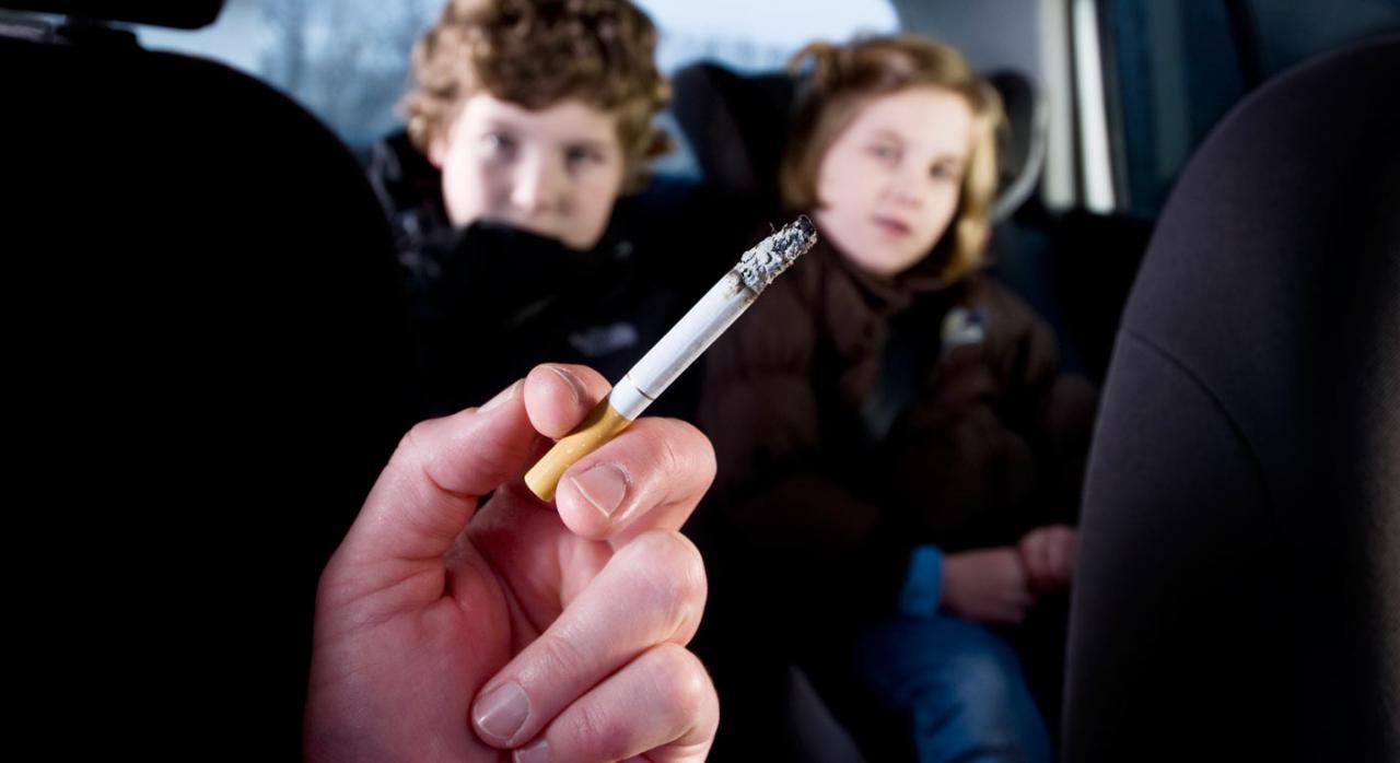 fumando delante de menores